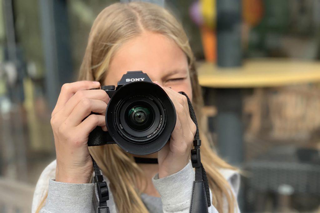 Meisje aan het fotograferen fotografiecursus voor kinderen/jeugd Fotografiecursus-Helmond